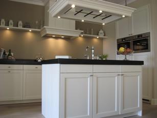 Eigentijdse keuken met kookeiland chris de graaf interieurtimmerwerk - Tafel centraal eiland ...